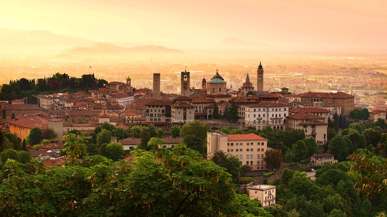 Sunrise_at_Bergamo_old_town,_Lombardy,_Italy.jpg
